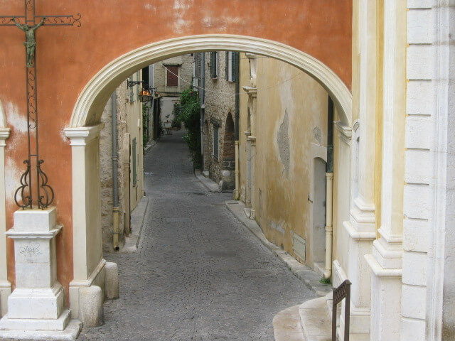 archway and laneway in Antibes backstreets