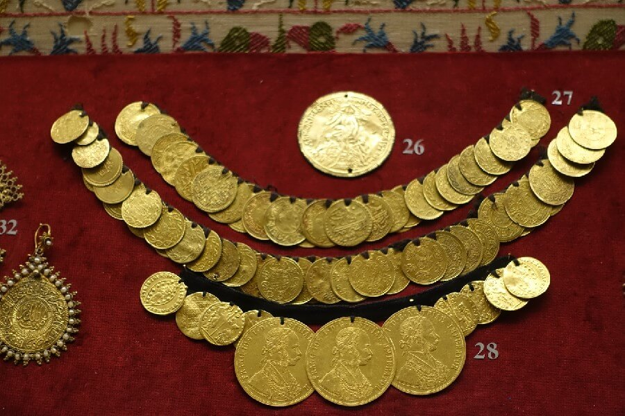 Gold antique jewellery - visiting the Benaki Museum Athens frugal first class travel