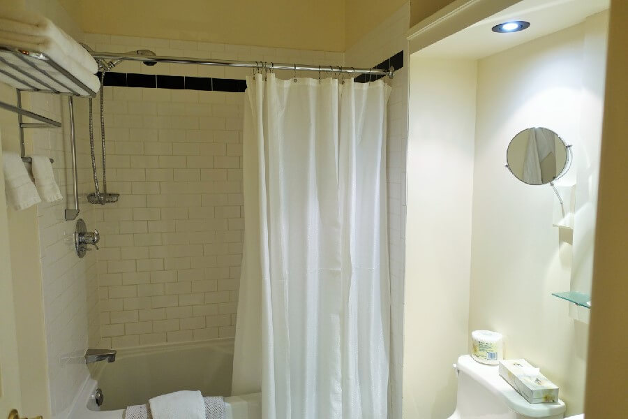 modern bathroom How to choose a hotel frugal first class travel style