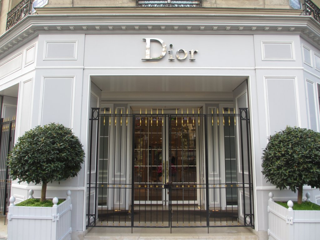 Entrance to Dior on Ave Montaigne Paris The best area to stay in Paris: a guide to the best arrondisements to stay in Paris